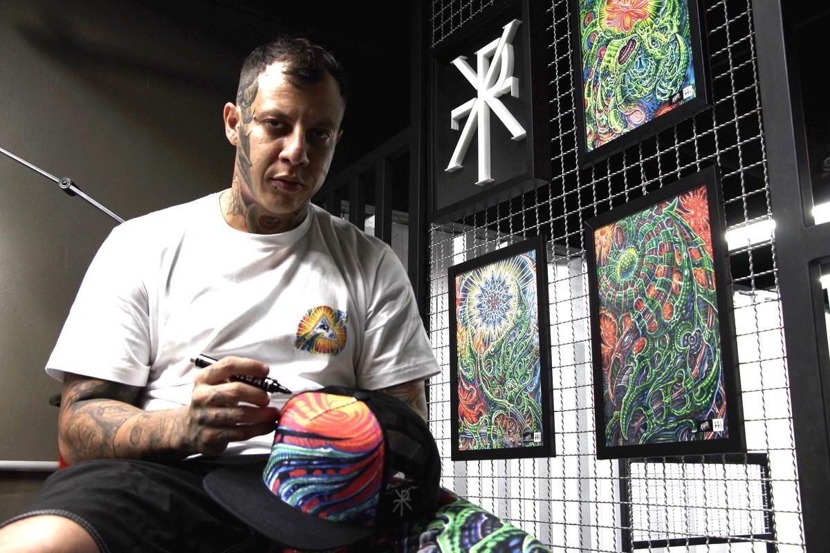 Psicodelia biorgânica é tema de collab da Rexpeita com tatuador Hama Hama