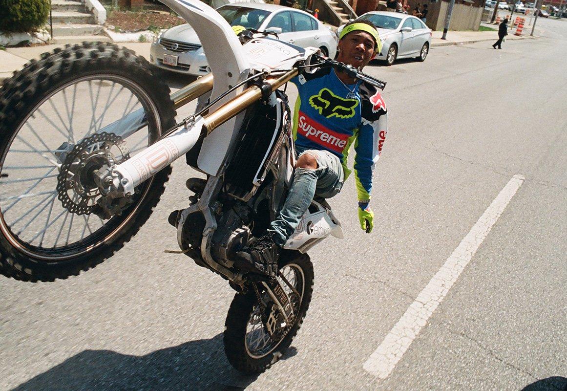 Supreme acelera na tendência do motocross em parceria com Fox Racing