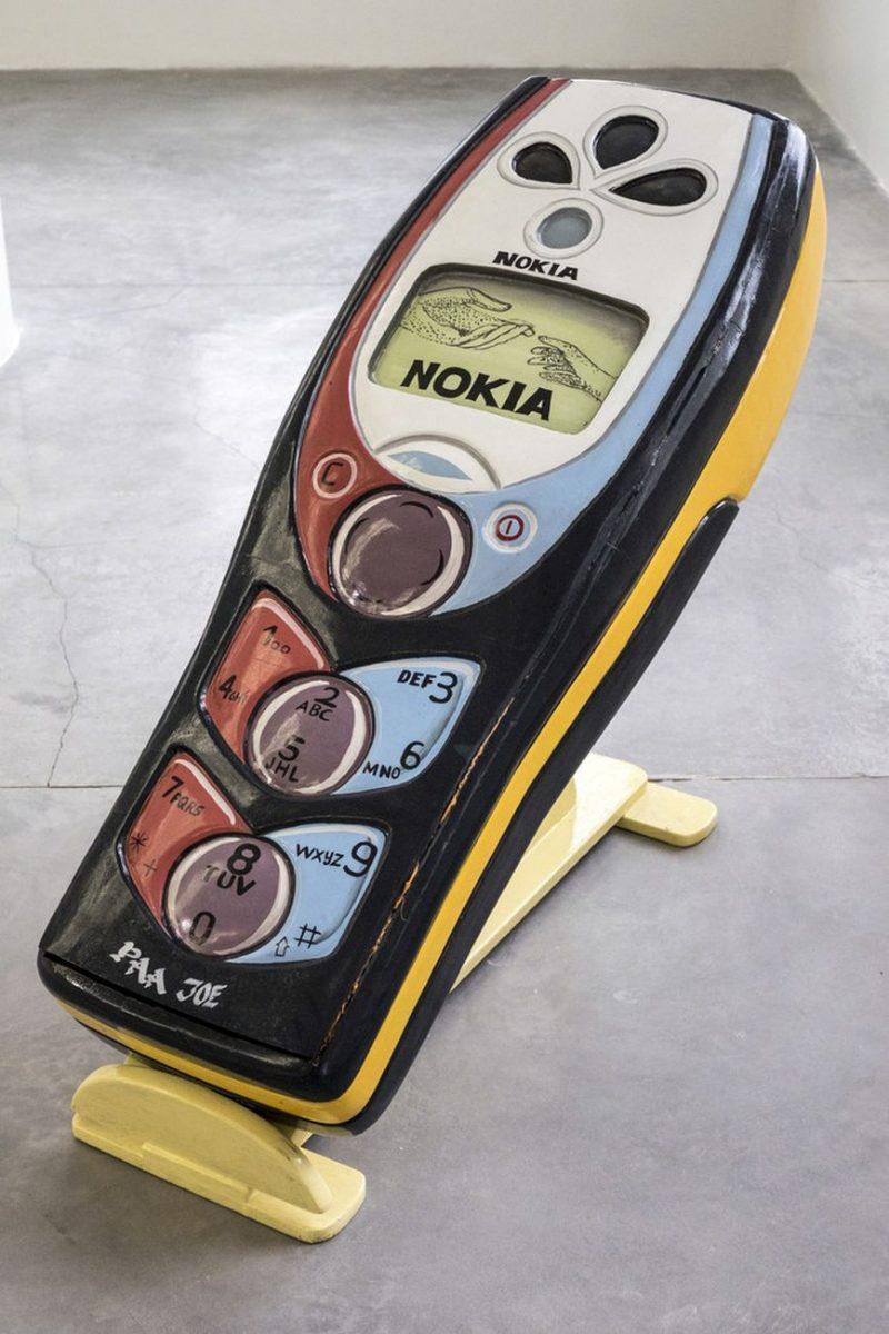 paa joe nokia celphone artsy - Paa Joe cria caixões em formato de tênis clássicos da Nike