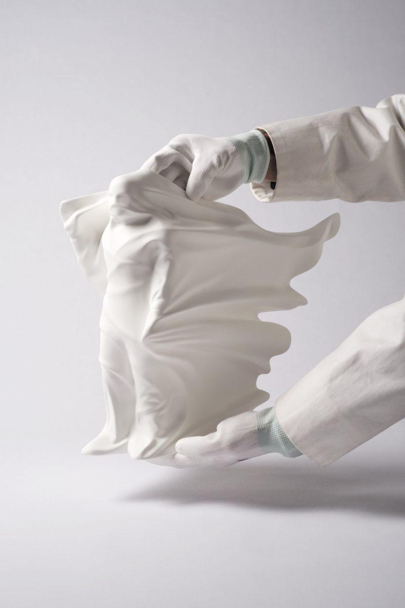 "daniel arsham hollow figure toy 1 - Daniel Arsham lança toy da escultura ""Hollow Figure"""