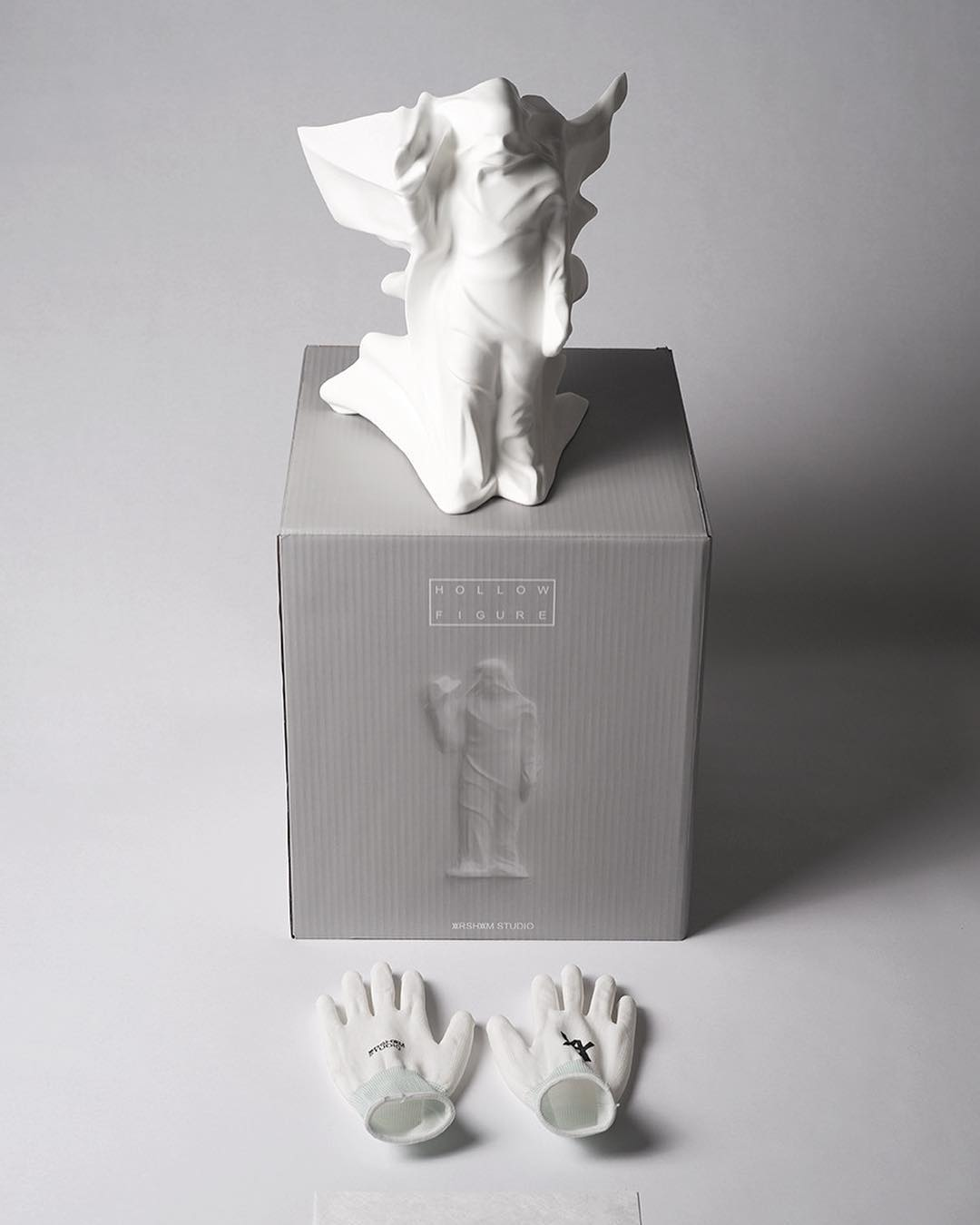 "daniel arsham hollow figure toy 3 - Daniel Arsham lança toy da escultura ""Hollow Figure"""
