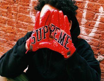 Supreme e Nike apresentam luvas de futebol americano em parceria