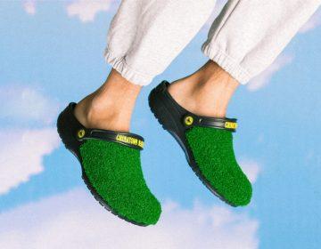 Chinatown Market e Crocs aplicam grama sintética em sandália