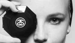 Stussy homenageia Karl Lagerfeld com camiseta inspirada em campanha da…