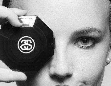 Stussy homenageia Karl Lagerfeld com camiseta inspirada em campanha da Chanel